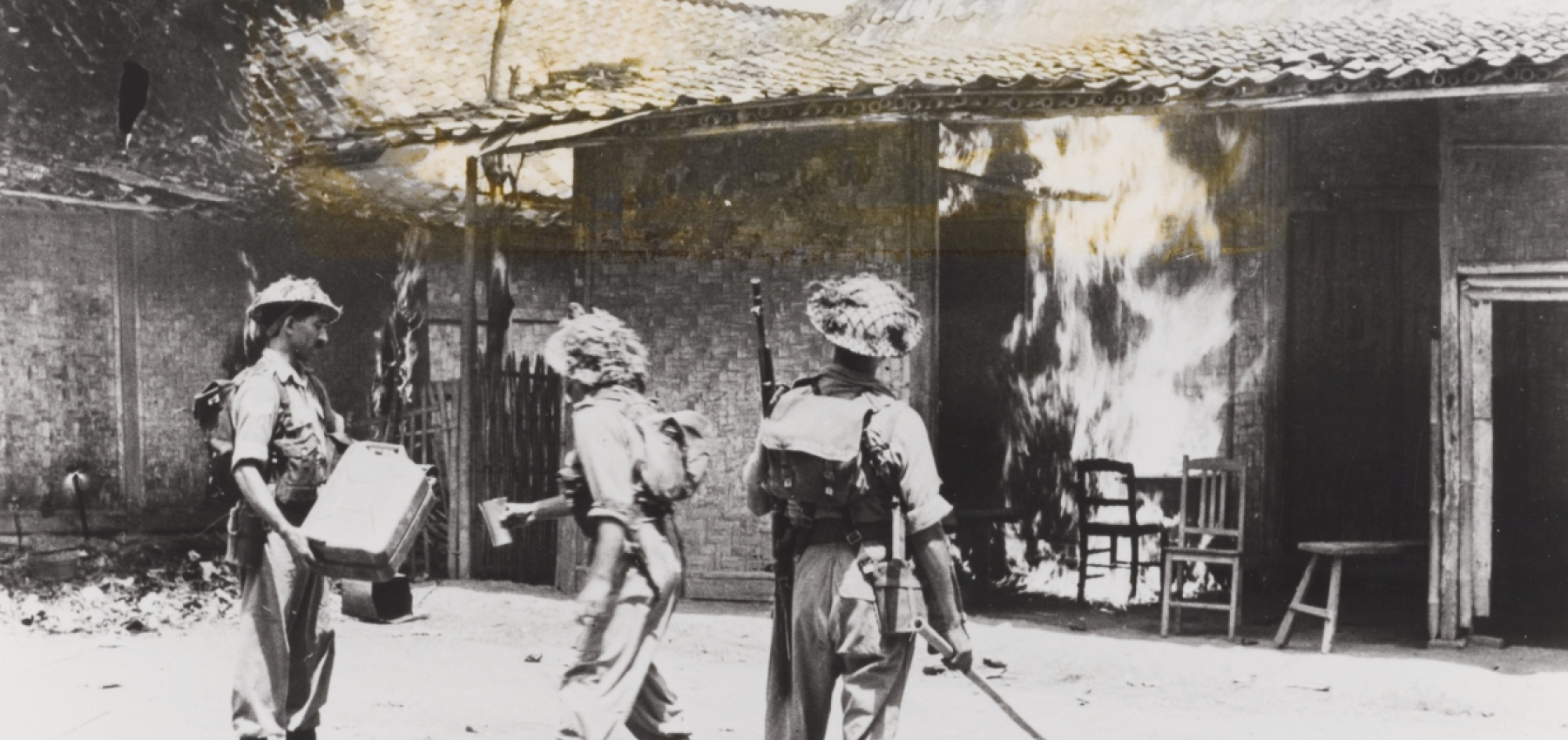 Soldiers from the British Indian Army set fire to houses in Bekasi (West-Java). Picture: NIMH